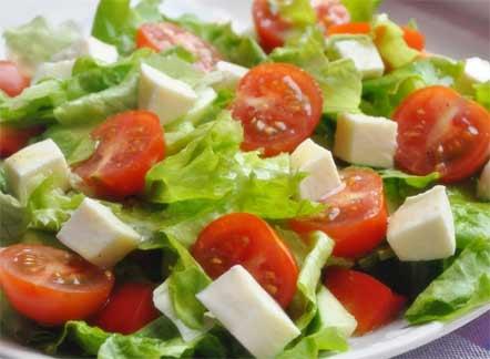 """НА 1 ПОРЦИЮ: уксус бальзамический - 2 ч.л масло оливковое - 2 ч.л орегано (сухая специя)- щепотка черный молотый перец - щепотка салат листья - 6 шт томат черри - 4 шт сыр """"Моцарелла """" - 80 г"""