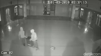 Duh, Tiga Pria Terekam CCTV Curi Dua Kotak Amal Masjid