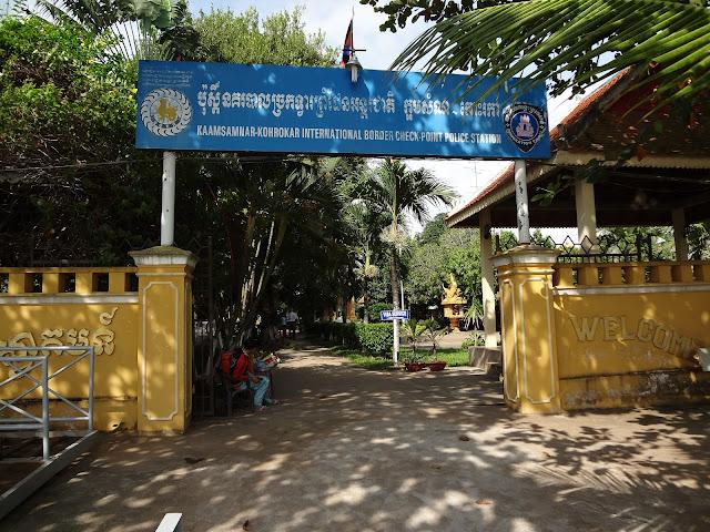 Entrada al puesto fronterizo de Camboya en el Mekong
