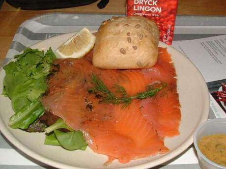 Beter dan gerookte zalm: gravad lax of gepekelde zalm geserveerd bij Ikea met brood, sla en een mosterdsausje