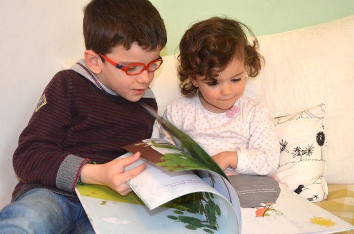 niños leyendo cuento, motivados por la lectura y por aprender a leer
