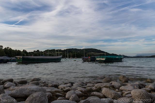 Photo lac de Paladru, bateaux et pierres au premier plan
