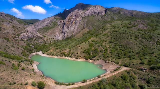 Арпатские водопады и карьерное озеро в поселке Зеленогорье, Крым.