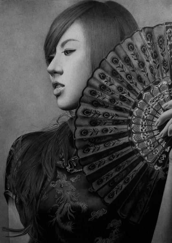 Retrato a lápiz de mujer asiática con abanico