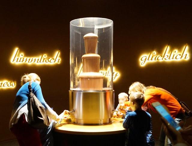 Die 7 schokoladigsten Gründe für einen Besuch im Chocoversum. Im ersten Raum des Schokoladenmuseums in Hamburg wartet ein riesiger Chocobrunnen auf Euch. Natürlich dürft Ihr probieren!