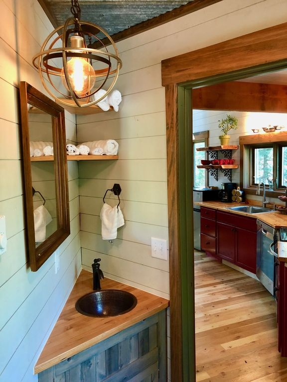 06-Bathroom-HomeAway-Montana-Tree-House-close-to-the-Glacier-National-Park-www-designstack-co