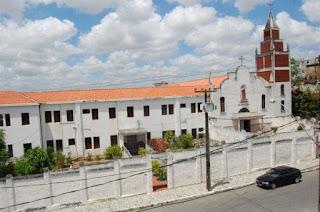 Fiéis são assaltados na porta da igreja em Campina Grande; bandidos levaram até moto