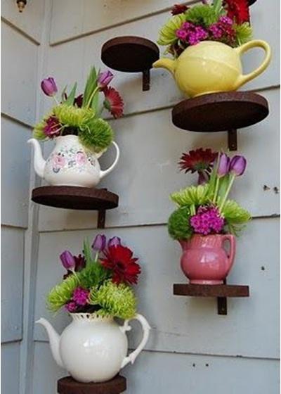 Vas bunga dari teko-teko ini terlihat seperti dari buku cerita Alice In The Wonderland