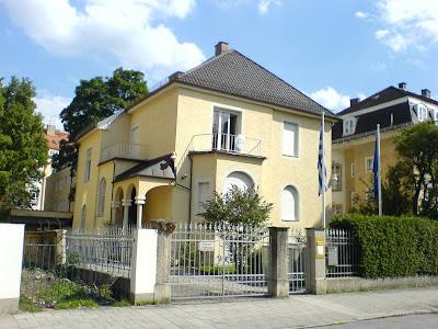 Σε κατάληψη του Γεν. Προξενείου Μονάχου προχώρησαν οι γονείς των Ελληνικών Σχολείων Βαυαρίας