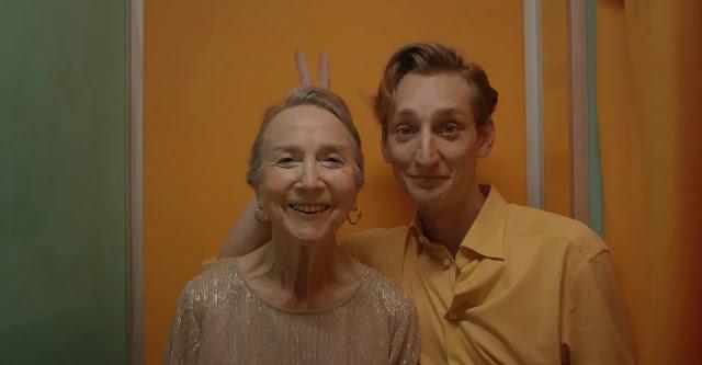 Nieto y abuela en un fotomatón