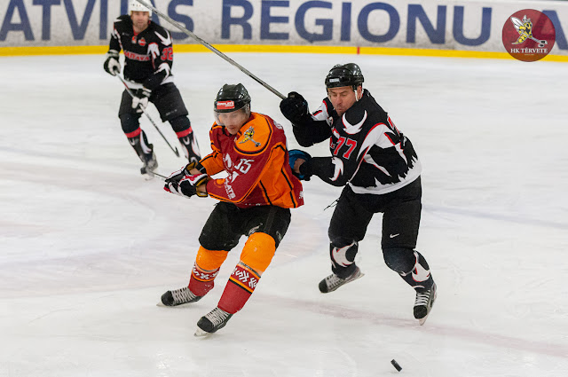 Hokejists ar korpusu bloķē pretinieka slidojumu
