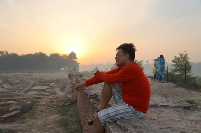 Menunggu Pagi, Mehtab Bagh diseberang Taj Mahal, Agra, India