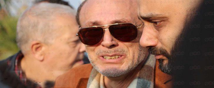 بالصور انهيار الفنان محمد صبحي أثناء تشييع جثمان زوجته وسط حضور عدد كبير من الفنانين