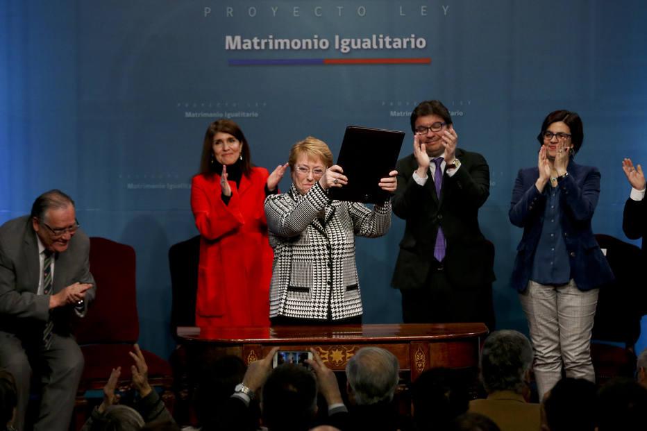 Presidente chilena envia ao Congresso projeto de casamento e adoção por casais do mesmo sexo