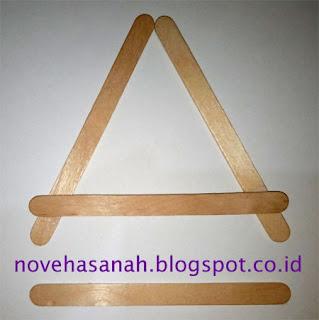 Setelah bentuknya simetris pindahkan stik bagian bawah ke atas membentuk huruf A
