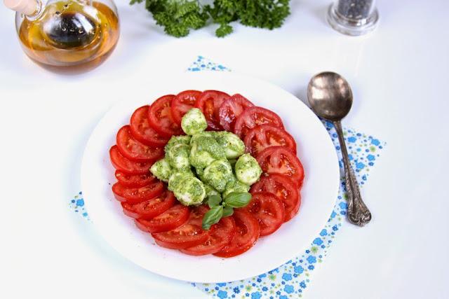Pomidory z mozzarella i pesto