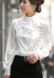 A blusa branca é uma peça que nunca vai sair do armário feminino. A blusa branca é básica combina com qualquer look principalmente com o preto,é difícil encontrar uma pessoa que não tenha uma peça branca no armário. Quem pensa que a blusa branca é apenas uma peça qualquer se engana, a blusa branca é um símbolo de elegância para as mulheres. Então se inspire-se nelas no blog.