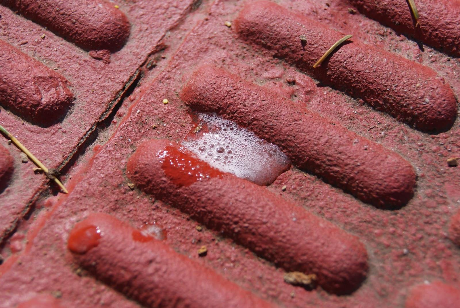 Espuma producida por el salfumant sobre el camino de baldosas