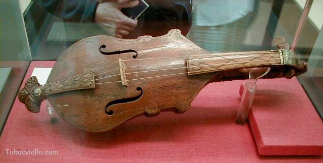 Violin ra đời từ rất sớm ở nước Ý và ít có tài liệu ghi lại chính xác thời gian xuất hiện của nó nhưng dựa vào các cây đàn violin cổ thì các nhà khoa học đã dự đoán chiếc violin đầu tiên ra đời vào khoảng thế kỷ 16 và các phiên bản sau được tiếp tục cải tiến, hoàn thiện mãi đến thế kỷ 17 mới ra được cây violin có hình thù như hiện hay chúng ra thường thấy.  Lịch sử ra đời đàn violin  Cây đàn violin của nghệ nhân  Andrea Amati làm vào khoảng năm 1555  Lịch sử ra đời đàn violin  Hình dáng violin ngày nay  Một số nghệ nhân đầu tiên làm ra đàn violin có thể kể đến như:  + Zanetto Micheli (1490 – 1560)  + Pellegrino Micheli (1520 – 1607)  + Giovanni Micheli (1562 – 1616)  + Francesco Micheli (1579 – 1615)  + Gasparo Bertolotti (1540 – 1609)  + Giovanni Paolo Maggini (1580 – 1630)  + Andrea Amati (1500–1577)  + Andrea Guarneri (1626–1698)  + Antonio Stradivari (1644–1737)  + Jacob Stainer (1617–1683)  Trong các tên tuổi kể trên xuất hiện ba cái tên mà có lẽ chúng ta đã thấy ở đâu đó. Phải rồi đó chính là Andrea Guarneri, Antonio Stradivari, Jacob Stainer. Các ông đã xây dựng nên các thương hiệu đàn violin nổi tiếng lần lượt là Guarnerius violin, Stradivarius violin, Stainer violin. Ngày nay các không còn các cây đàn violin được sản xuất từ các thương hiệu này nữa và do đó những cây đàn ngày trước được bán như những món đồ cổ với giá rất cao. Ví dụ như có những cây Stradivarius và Guarnerius được bán với giá 20 triệu đô.  lịch sử ra đời đàn violin lịch sử ra đời đàn violin Ngày nay các kỹ sư vẫn đang nghiên phục dựng lại các cây đàn cổ nhưng tiếng đàn của các cây đàn đó phát ra vẫn không thể hay được như các cây đàn cổ.  Stroh violin  lịch sử ra đời đàn violin  Khoảng cuối thế kỷ 19 đầu thế kỷ 20, khi điện và công nghệ amplifier chưa phổ biến thì Stroh violin ra đời nhằm giải quyết vấn đề khuếch đại âm thanh trong biểu diễn hoặc thu âm. John Matthias Augustus Stroh là người nghiên cứu và làm ra loại violin này. Augustus Stroh là một kỹ sư điện sinh ra từ London. Stroh viol