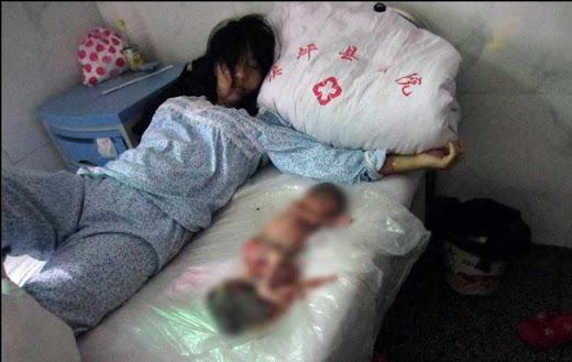 Feng Jianmei junto a seu filho abortado pela violência da política oficial