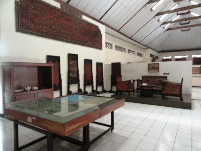 Dokumentasi di dalam ruangan museum Kartini, Jepara