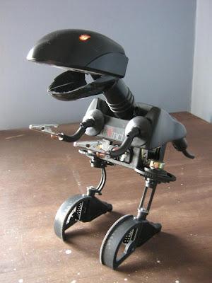 dinosaurio robot con plásticos  y partes de computadora reciclados