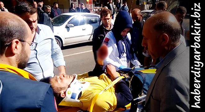 Diyarbakır'da otomobilin çarptığı genç yaralandı