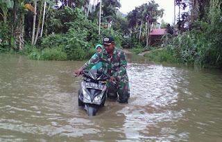 Pasca Banjir, Prajurit TNI Bantu Evakuasi Barang Warga - Commando