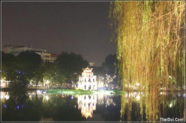 liễu rũ bên hồ lúc về đêm