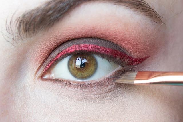 Макияж глаз с красным акцентом: шаг 7