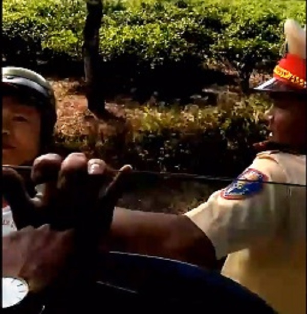 Quay phim vì cho rằng CSGT Gia Lai bắt lỗi sai, chủ xe bị 2 thanh niên 'lạ mặt' tới gây hấn