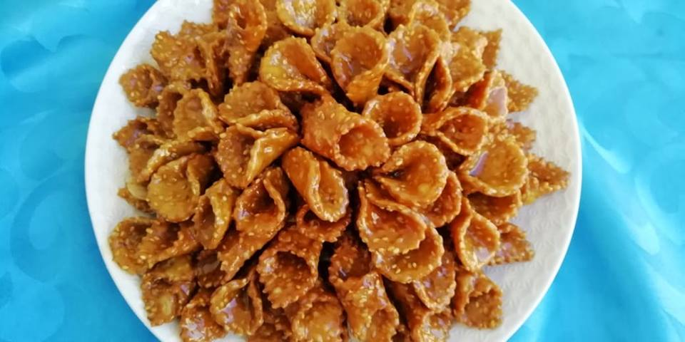 Bonjour tout le monde et bienvenue 🌸 aujourd\u0027hui je partage avec vous ces  petits Gâteaux au mièl et sésames appelés Blighat à la marocaine parmi les