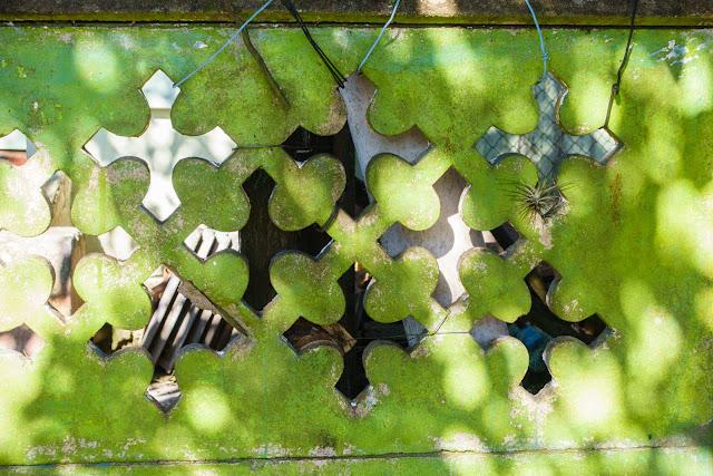 Detalhe de elemento vazado em forma de cruz em muro pré-fabricado