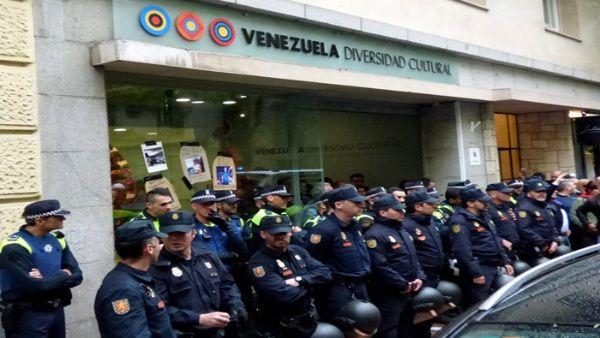 Piden renuncia a delegada española por asedio a embajada venezolana