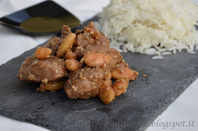 Pollo, riso basmati, salsa di soia , mandorle