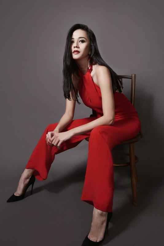 galeri foto aura kasih pakai gaun dan tank top merah merah