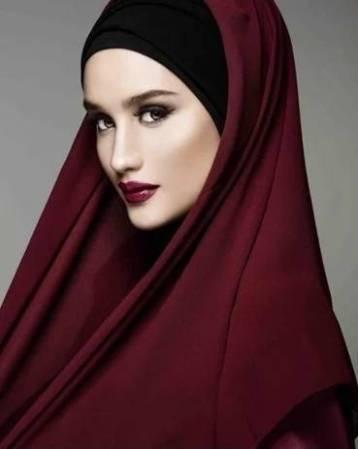 Foto hijab Cantik Cinta Laura di Instagram