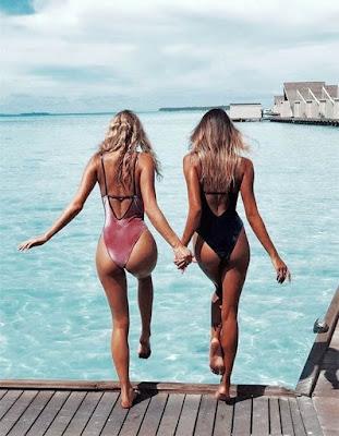 pose de amigas en el mar