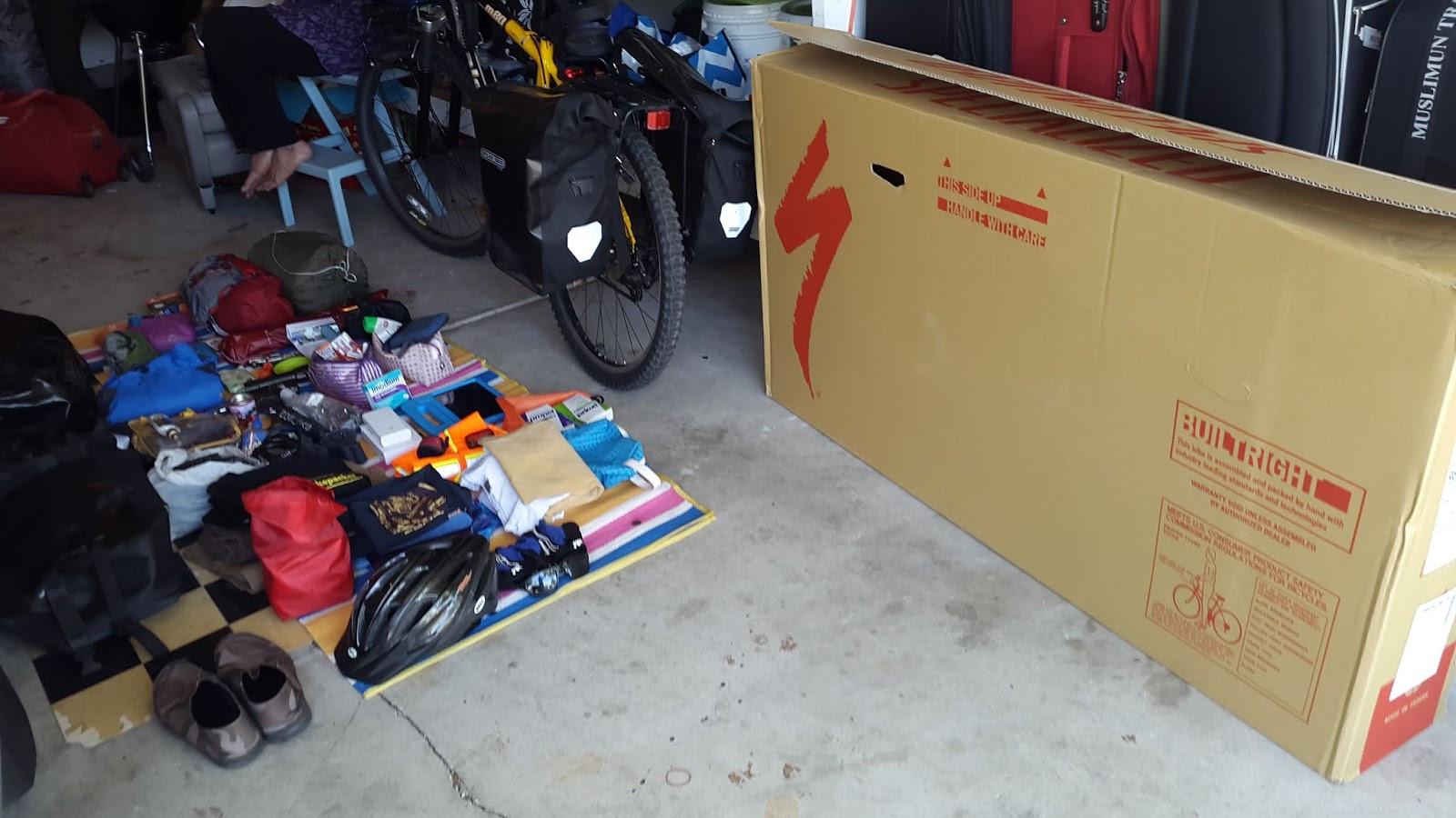 Sewaktu check in Baggage yang berbentuk box/carton sepeda ini ditimbang beratnya 35 Kg. Petugas memberi tahu kelebihan begasiku 15 Kg