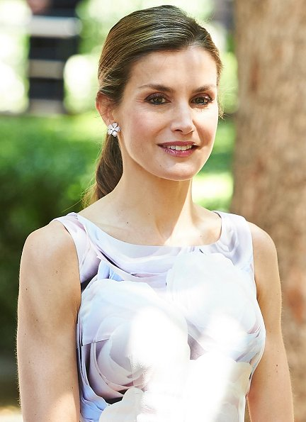 Queen Letizia wore Hugo Boss floral dress and Magrit Shoes, carried Felipe Prieto clutch bag at the Students Residence