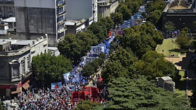 40.000 argentinos marchan por masivos despidos del Gobierno