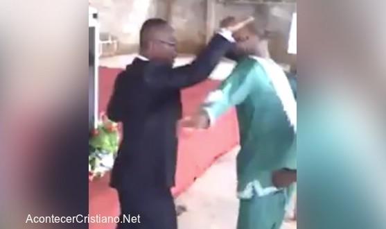 Pastor interrumpido por celular cuando echaba demonios