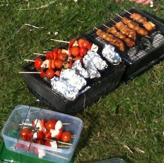 BBQ met groentespies en pakketjes