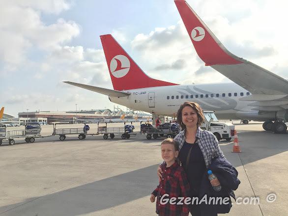 oğlumla sabah erken saatlerde Trabzon'a gitmek üzere uçağa binerken THY Anadolu Jet Sabiha gökçen havaalanı, İstanbul