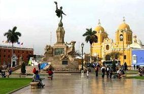Foto de la Plaza de Armas de Trujillo de día