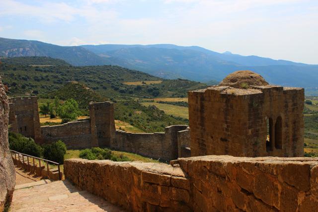 Acceso al castillo de Loarre  y torre albarrana