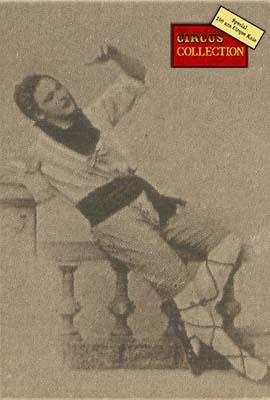 Charles Knie prenant la pose en habits Sicilien