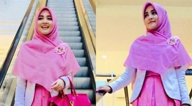 Nuri Maulida ialah salah satu selebritis berhijab yang belakangan sedang ramai dipercinca Cara Memakai Jilbab Ala Nuri Maulida