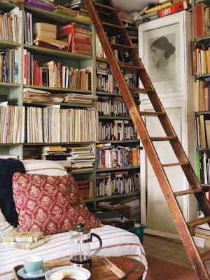 Detalle de los libros de la escritora Virginia Woolf en su cuarto.