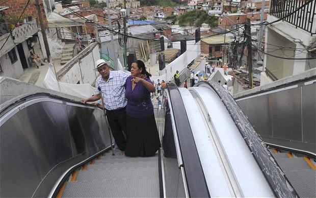 Ins lito barrio pobre de medell n cuenta con escaleras - Escaleras al aire ...